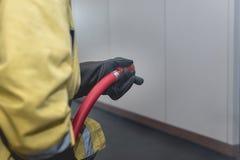 Ugello della manichetta antincendio della tenuta del pompiere Fotografie Stock