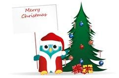 Uggla i den Santa Claus dräkten mot bakgrunden av jul Arkivbild