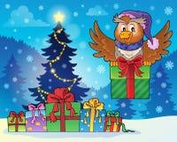 Uggla med gåvan nära julgranen Arkivbilder