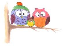Ugglafamilj på träd i enkel teckning Arkivbild