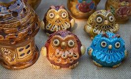 Ugglor - krukmakeri som är handgjord från lera Arkivbild