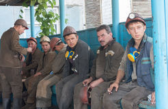 Ugledar; L'Ucraina - 17 luglio; 2013: Fumo dei minatori fotografia stock