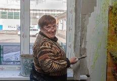 Ugledar Ukraina - Februari 20, 2013: Kvinnlig stuckatör Royaltyfria Foton