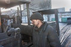 Uglegorsk, Ucrânia - 12 de março de 2014: Mina Uglegorskaya do motorista Imagem de Stock