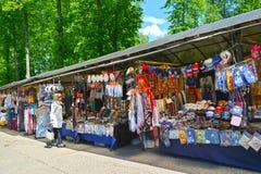 Uglich,俄罗斯 关于柜台的买家与在民间艺术市场的俄国全国纪念品  免版税库存照片