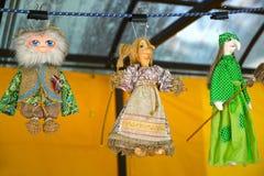 Uglich,俄罗斯 纪念品内部玩偶在销售中在民间艺术市场  免版税库存照片