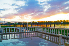 Uglich, Россия - могут, 04, 2016: красивый заход солнца отраженный в дождевой воде Стоковое Изображение