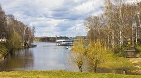 Uglich, barco de cruceros en Volga Imagen de archivo