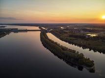 Uglich, Rússia: navios em um cais em Uglich, Rússia, opinião aérea do zangão imagens de stock royalty free