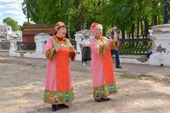 Uglich, Rosja Żeński folkloru duet w Rosyjskich krajowych kostiumach śpiewa piosenkę na ulicie zdjęcie royalty free