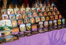 Uglich, Rusia - 20 de julio de 2017: Tablas de cortar coloridas con un modelo ruso tradicional Khokhloma colocado en fila adentro Imagen de archivo libre de regalías