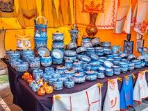 Uglich, Russie - 20 juillet 2017 : Ustensiles en bois russes Peint dans le style de Vologda Khokhloma Souvenir russe traditionnel Photographie stock