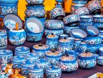 Uglich, Russie - 20 juillet 2017 : Ustensiles en bois russes Peint dans le style de Vologda Khokhloma Souvenir russe traditionnel Photographie stock libre de droits