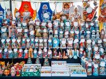 Uglich, Russland - 20. Juli 2017: Bunte russische Verschachtelungspuppen Matryashka am Markt Lizenzfreie Stockfotos