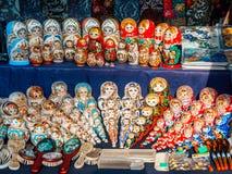 Uglich Ryssland - 20 Juli 2017: Färgrik ryss som bygga bo dockor på marknaden Royaltyfri Fotografi