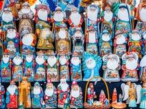 Uglich Ryssland - 20 Juli 2017: Färgrika ryska bygga bodockor Matryashka på marknaden Arkivfoto