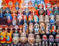 Uglich Ryssland - 20 Juli 2017: Färgrika ryska bygga bodockor Matryoshka på marknaden RyssSanta Claus Ded moroz Arkivbilder