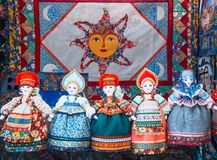 Uglich Ryssland - 20 Juli 2017: Slavisk trasdocka Handgjord trasdockakvinna, i traditionell etnisk ryssdräkt Royaltyfri Foto