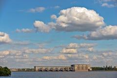 Uglich waterkrachtcentrale op rivier in Rusland Royalty-vrije Stock Foto