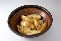 Ugn bakad potatis med rosmarin arkivfoton