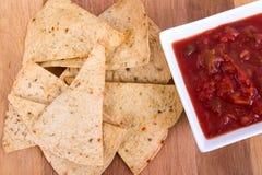 Ugn bakad tortillachip med salsa Royaltyfri Fotografi