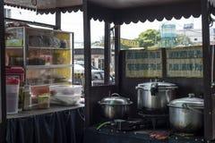 Ugn för matlagning för gatarestaurang` s i Filippinerna royaltyfri foto