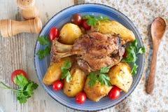 Ugn lagad mat grisköttlägg med potatisen fotografering för bildbyråer