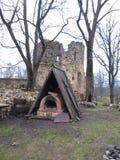 Ugn under en triangulär markis nära slotten arkivbild