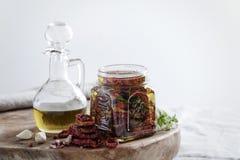 Ugnen torkade tomater med olivoljaslut upp i krus Royaltyfri Foto