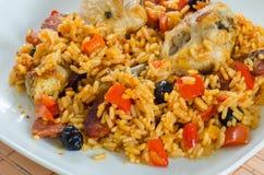 Ugnshöna med ris, grönsaker och svarta oliv Arkivfoto
