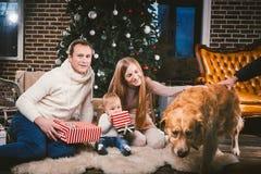 Uguagliare celebratorio di Natale della famiglia Gente caucasica della famiglia tre che si siede sotto l'albero di Natale della c fotografie stock libere da diritti