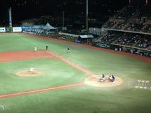 UH投手投掷投对Cal状态与球的富乐顿面团 免版税库存图片