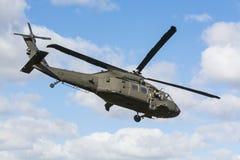 UH-60飞行瑞典的黑鹰直升机 库存照片