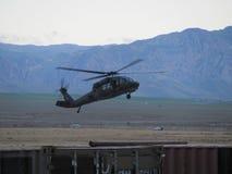 UH-60 Blackhawk évasant dans un atterrissage L'Afghanistan du nord image stock