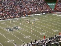 UH Quarterback stellt auf Throw ein, während Seitentriebe brechen stockfotografie