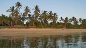 UHD der tropischen Seeküste bei Sonnenuntergang stock video