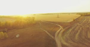 UHD 4K鸟瞰图 在黄色农村领域和土路的空中飞行 影视素材