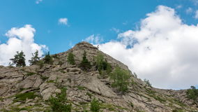 UHD-landskaptimelapse Härlig tidschackningsperiod av berget och blå himmel med molnet arkivfilmer