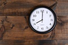 Uhr auf altem Holz Stockfotografie