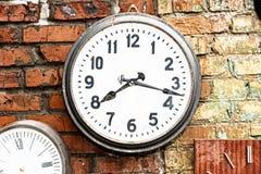 Uhr auf Außenbacksteinmauer Lizenzfreie Stockfotografie
