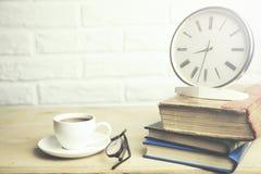Uhr auf Büchern Lizenzfreies Stockfoto