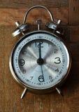 Uhr auf dem Boden Stockfotos