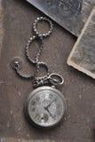 Uhr auf dem grunge Hintergrund Stockfotografie