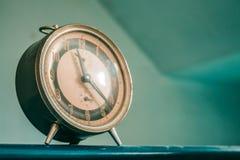 Uhr auf dem Hintergrund Lizenzfreies Stockfoto
