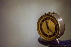 Uhr auf dem Hintergrund der Weinlese Lizenzfreies Stockfoto