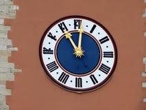 Uhr auf dem Stadttor von Regensburg lizenzfreie stockbilder