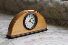 Uhr auf dem Tisch mit Hintergrund Lizenzfreies Stockbild