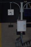 Uhr auf der Plattform Stockfotografie