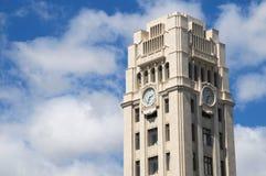 Uhr auf einem Brown-Turm Lizenzfreie Stockfotos