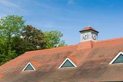 Uhr auf einem Dach Lizenzfreie Stockbilder